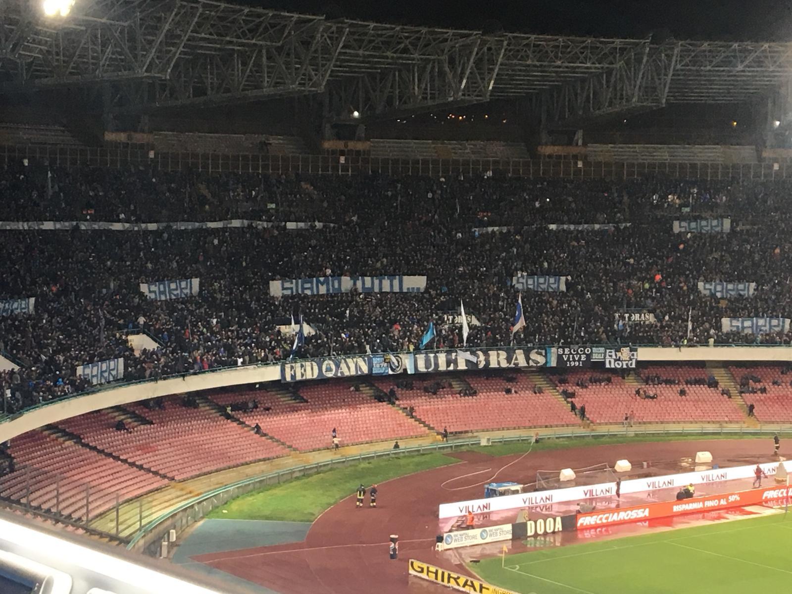 Napoli-Genoa, in Curva B striscioni «Siamo tutti Sarri» e cori contro i giornalisti