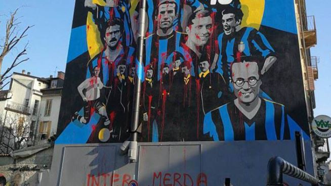 """Lancio di sassi al """"Viareggio"""", murales-Inter imbrattato: il clima cordiale del calcio italiano"""