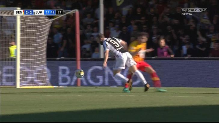 Benevento-Juventus, la moviola della Gazzetta: «Rigori ok, anche se Higuain accentua parecchio»