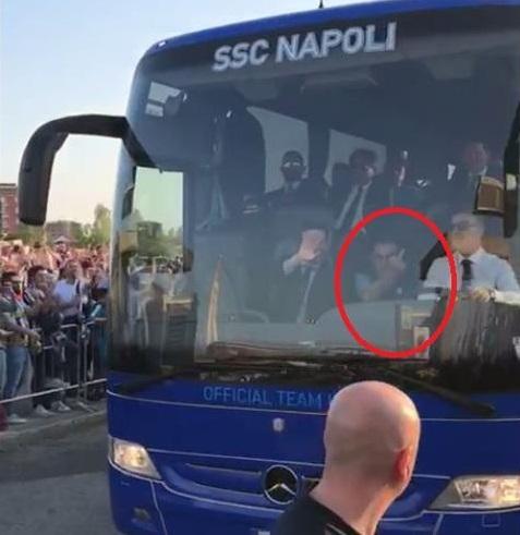 Juventus-Napoli, insulti al bus azzurro: Sarri risponde col dito medio