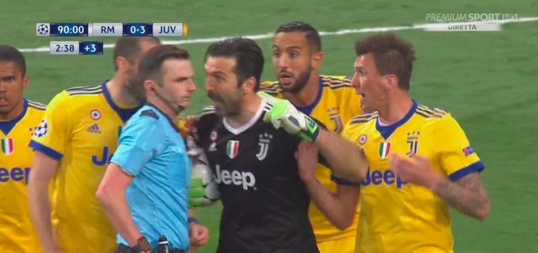 Lo sfogo di Buffon: «Arbitro con l'immondizia al posto del cuore, uno senza personalità»