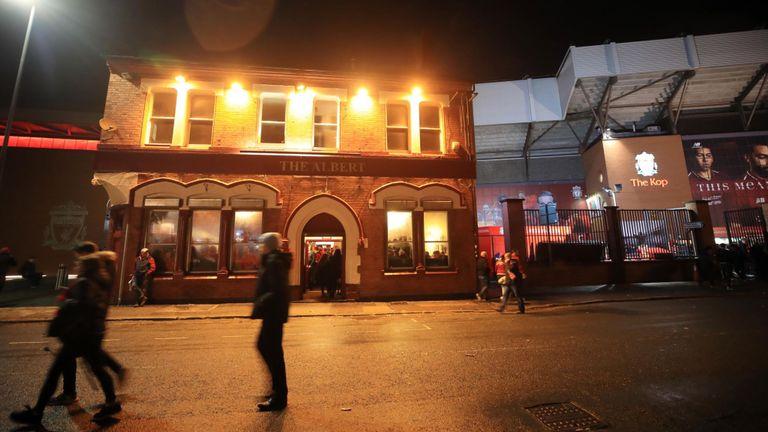 Liverpool-Roma, due tifosi giallorossi arrestati per tentato omicidio: grave un 52enne inglese