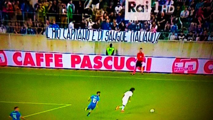 Il terribile striscione contro Balotelli: «Il mio capitano è di sangue italiano»