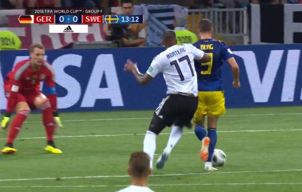Arbitro e Var sbagliano anche ai Mondiali: il mancato rigore Boateng-Berg