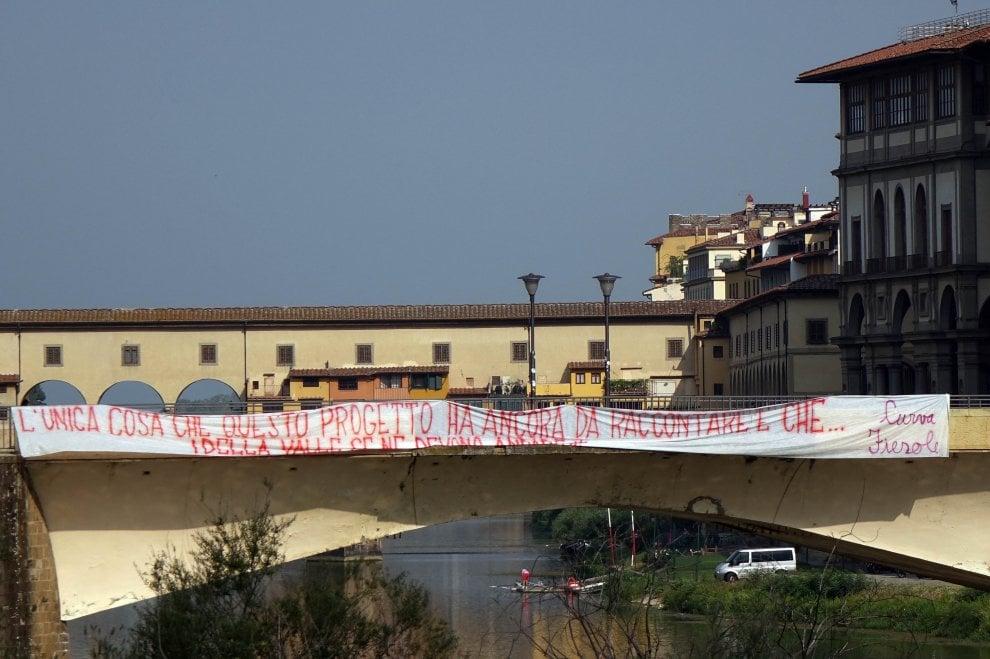 Striscione degli ultras della Fiorentina contro i Della Valle: «Dovete andare via»