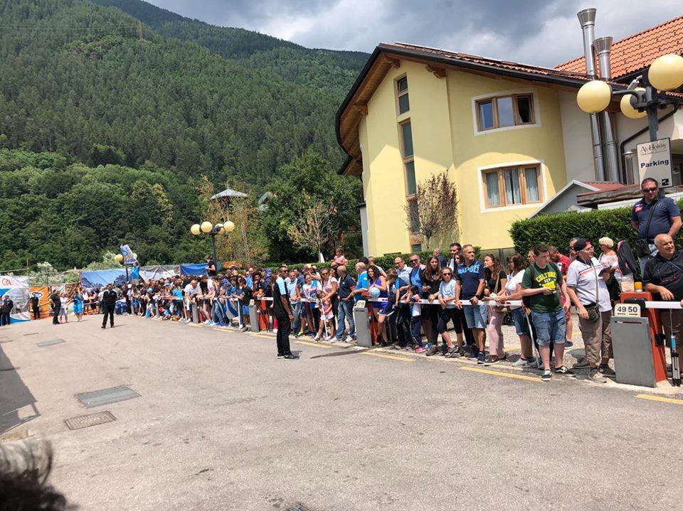 Cento tifosi accolgono il Napoli a Dimaro, cori per Ancelotti