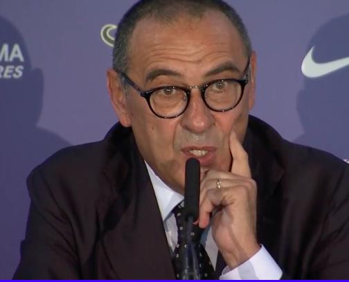 Sarri al Chelsea in giacca e cravatta: «Abbiamo sbagliato io e De Laurentiis»