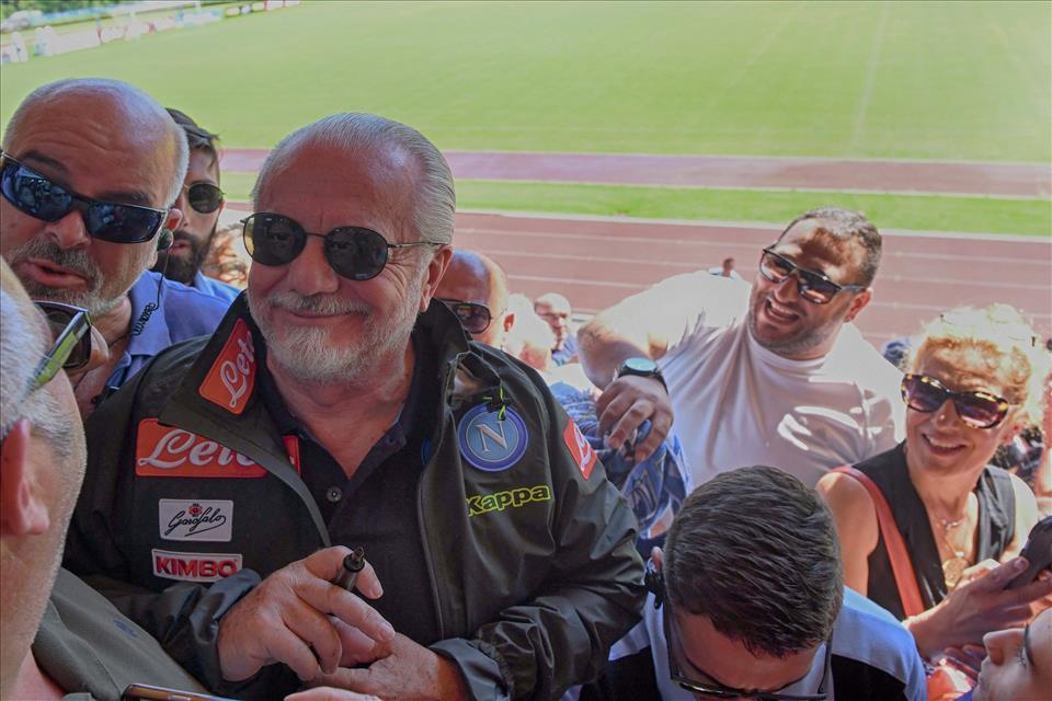 De Laurentiis: «I tifosi vogliono i miliardi dal Napoli, ma acquistano le maglie pezzotte»