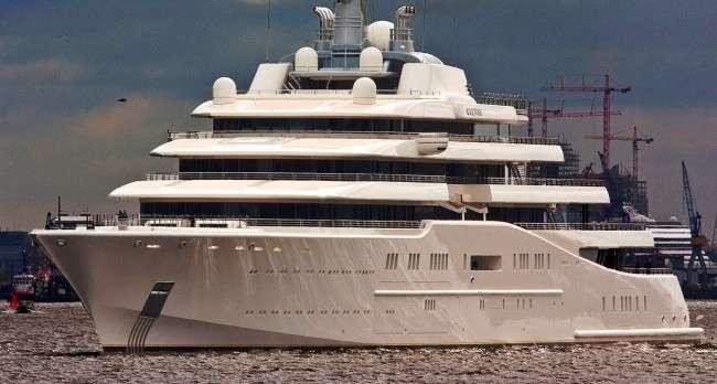 Abramovich e De Laurentiis a Capri. Il magnate è col suo yacht Eclipse