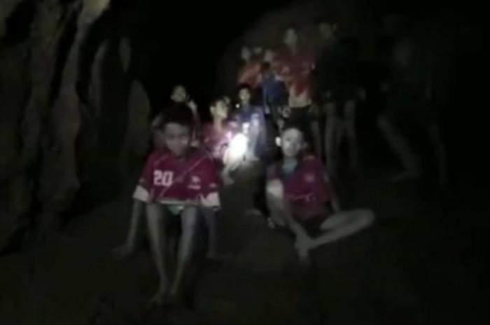 Salvati i primi sei giovani calciatori dalla grotta in Thailandia, continuano le operazioni subacquee