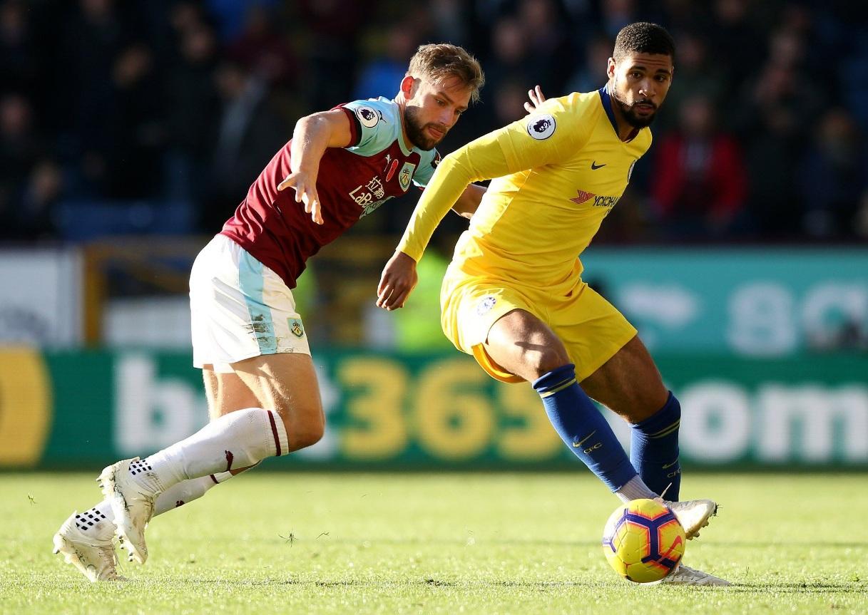 Sarri continua la corsa (Burnley-Chelsea 0-4), l'Arsenal si ferma in casa del Crystal Palace (2-2)