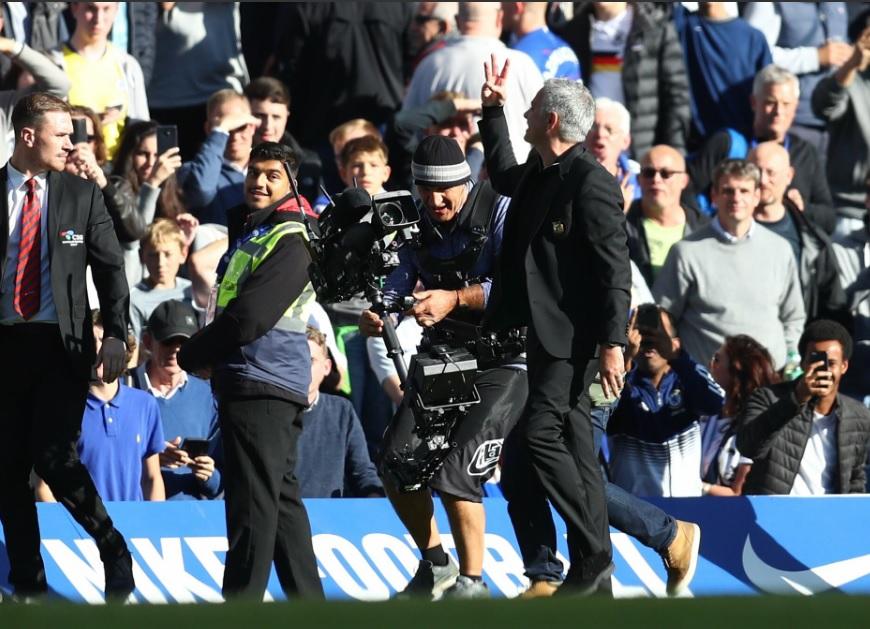 I fischi e gli insulti di Stamford Bridge a Mourinho: come fece Napoli con Cavani