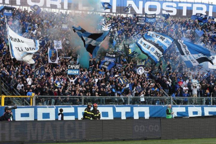 """La curva dell'Atalanta: «Noi non siamo napoletani, ben venga """"Odio Bergamo!""""»"""