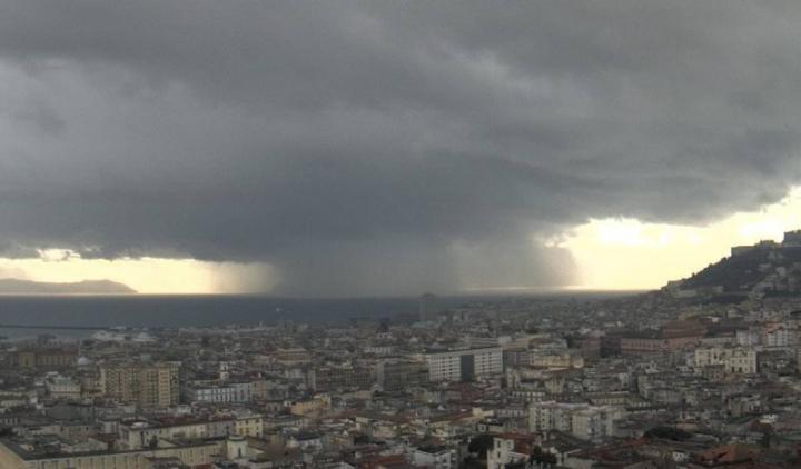 Allerta meteo e rischio alberi, domani scuole chiuse a Napoli