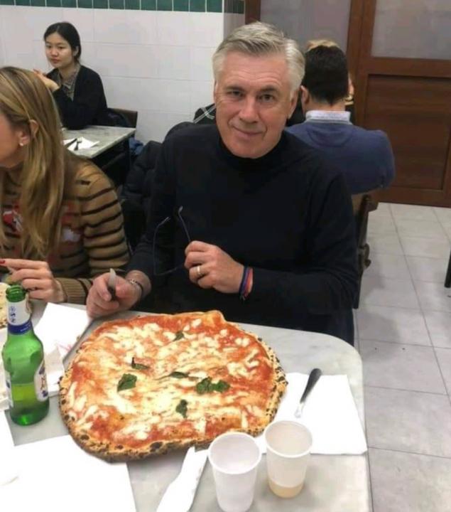 La normalità di Ancelotti anche davanti a una pizza