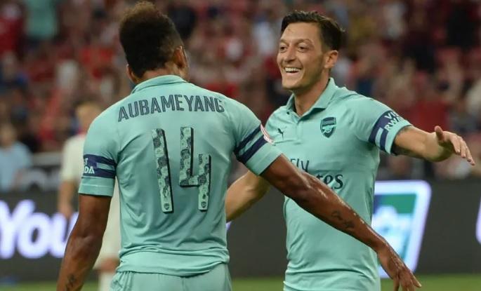 Il video del Sun: giocatori dell'Arsenal bevono vodka e inalano gas anestetico