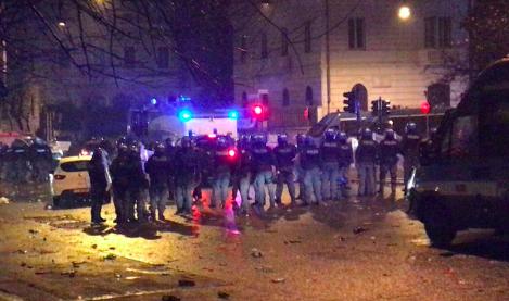 La festa della Lazio si trasforma in guerriglia: attacco alla polizia, 8 agenti feriti