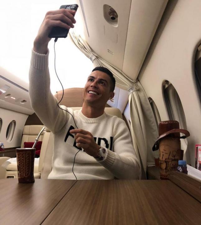 CR7 nella bufera, selfie dall'aereo nel giorno della scomparsa di Sala
