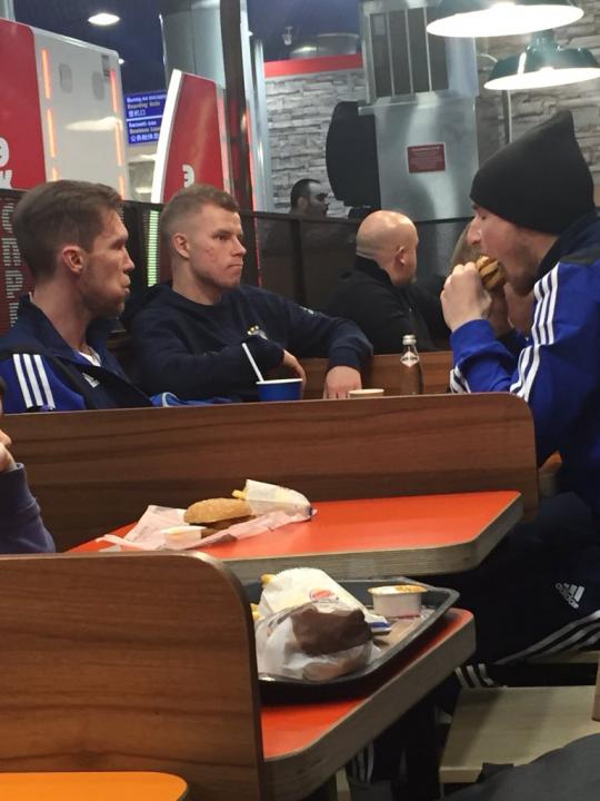 Il Bate Borisov da Burger King dopo la vittoria sull'Arsenal