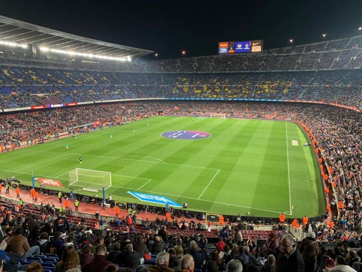 Camp Nou, 67.435 spettatori, tanti indipendentisti e 200 tifosi