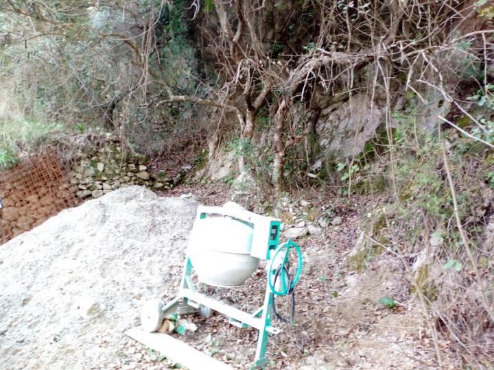 Una striscia di cemento sul Sentiero delle Agavi