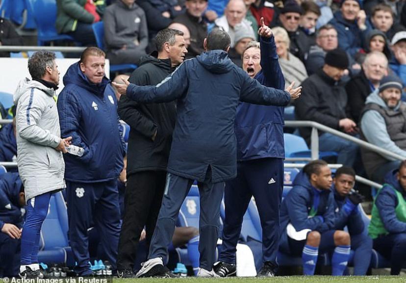 La lite tra Sarri e l'allenatore del Cardiff per il gol del Chelsea in fuorigioco