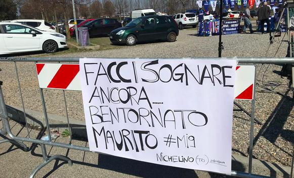 Icardi spunta uno striscione dei tifosi ad Appiano
