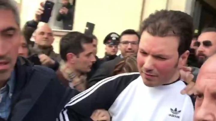 È il lettore che dovrebbe protestare per le foto della polizia dell'arresto di Di Lauro