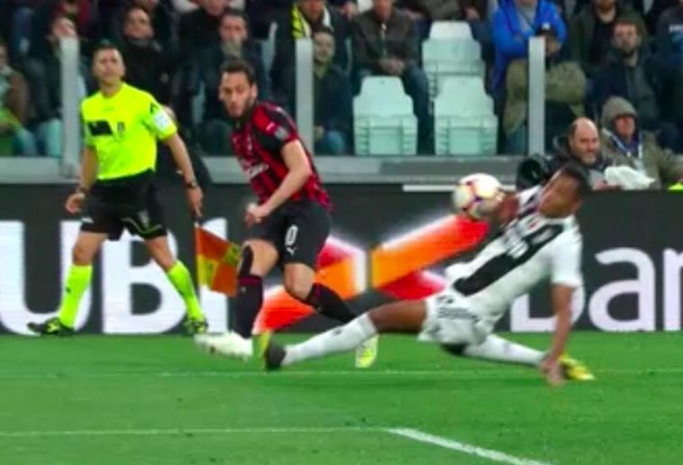 Juve-Milan 0-1 (al 45′): Fabbri nega col Var un rigore netto al Milan