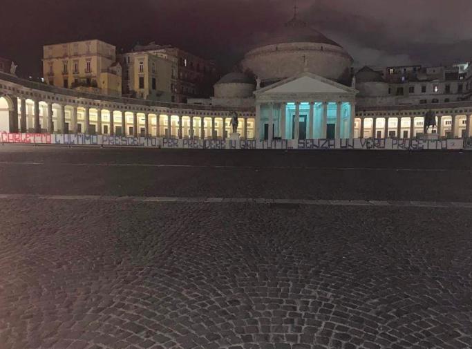 Striscione degli Ultrà contro De Laurentiis in Piazza Plebiscito
