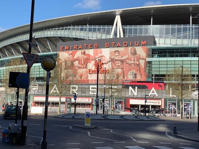 Il modello inglese: stadio bellissimo con i bagarini fuori all'Emirates