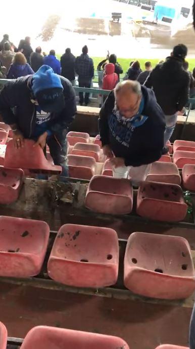 Video su Facebook: tifosi smontano un sediolino al San Paolo e lo portano via