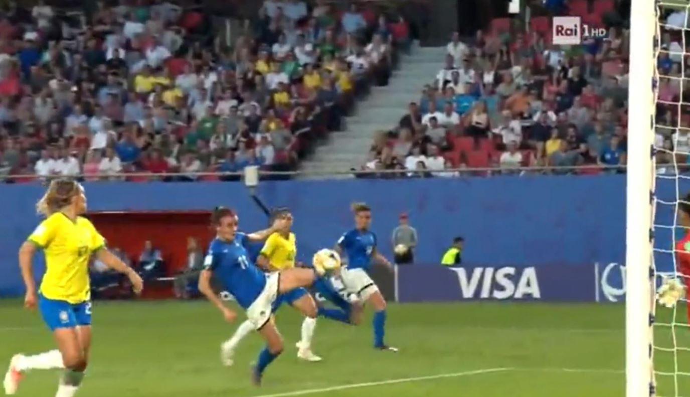 Intensità e nemmeno uno sputo in campo. Davvero dite che il calcio femminile è noioso?