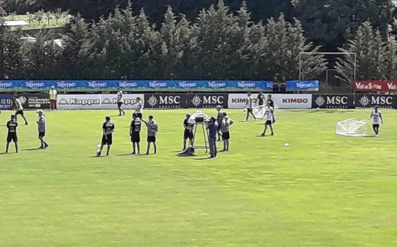 La fake news del Napoli poco attento ai tifosi: 44 allenamenti aperti. L'Inter ha i cani da guardia
