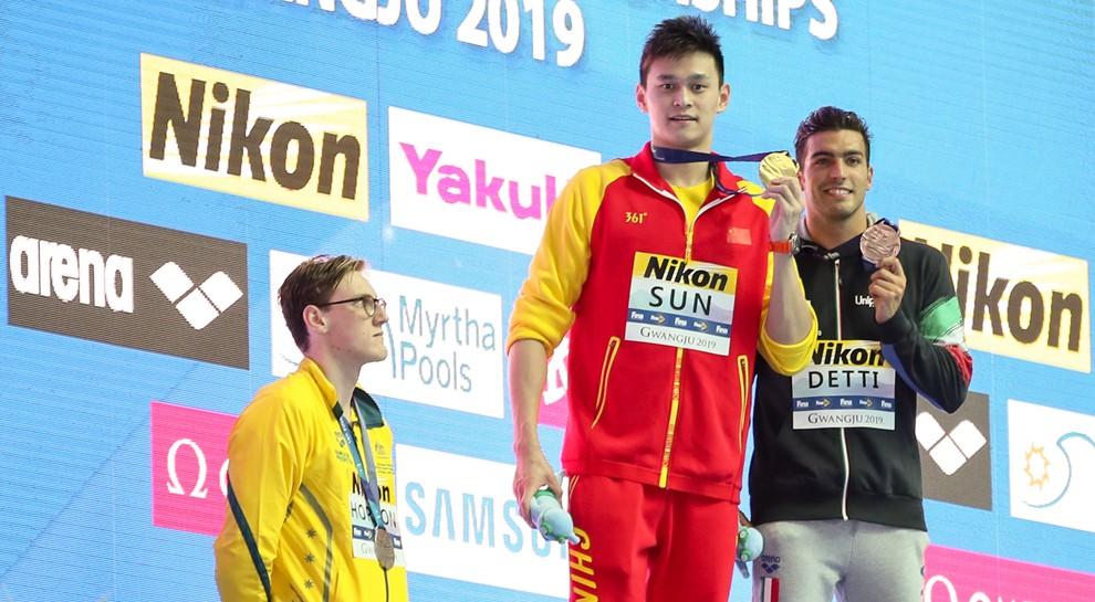 La Federnuoto ammonisce il nuotatore Horton che viene applaudito al villaggio atleti