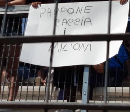 """""""Pappone caccia i milioni"""": il saluto dei tifosi a De Lauren"""