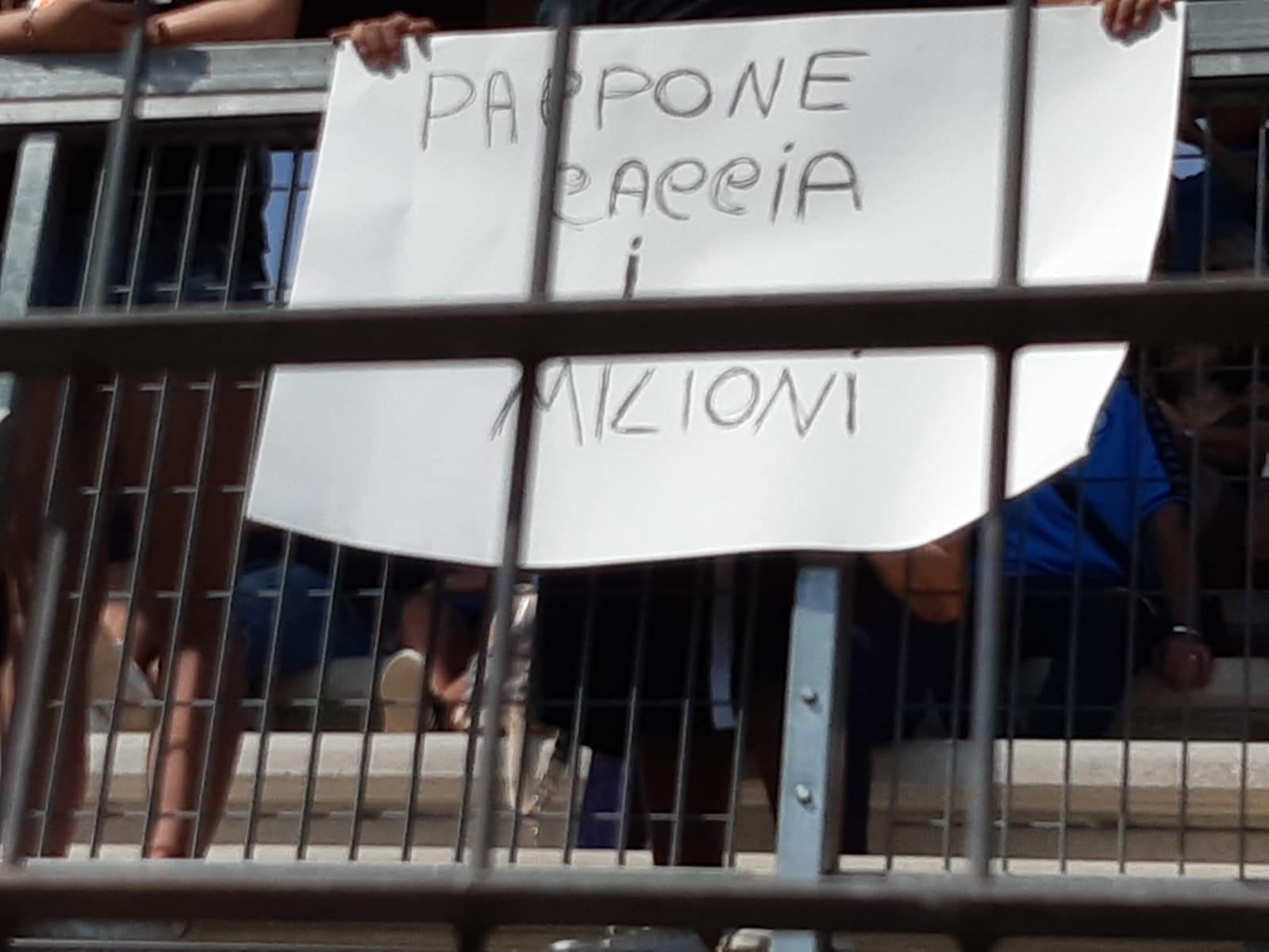 """""""Pappone caccia i milioni"""": il saluto dei tifosi a De Laurentiis a Dimaro"""