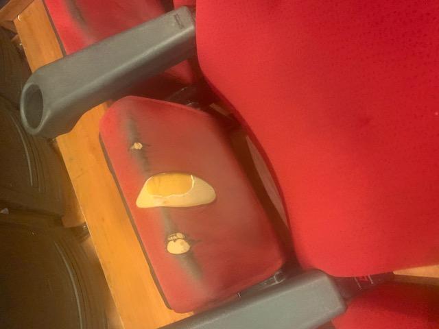 Al Cinema Arcobaleno si paga 8 euro per sedie indecenti, persino Joker si è lamentato