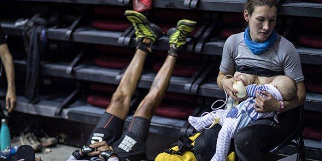 Sophie Power la maratoneta che ha corso 170 km allattando suo figlio di tre mesi. La foto virale (oggetto di insulti)