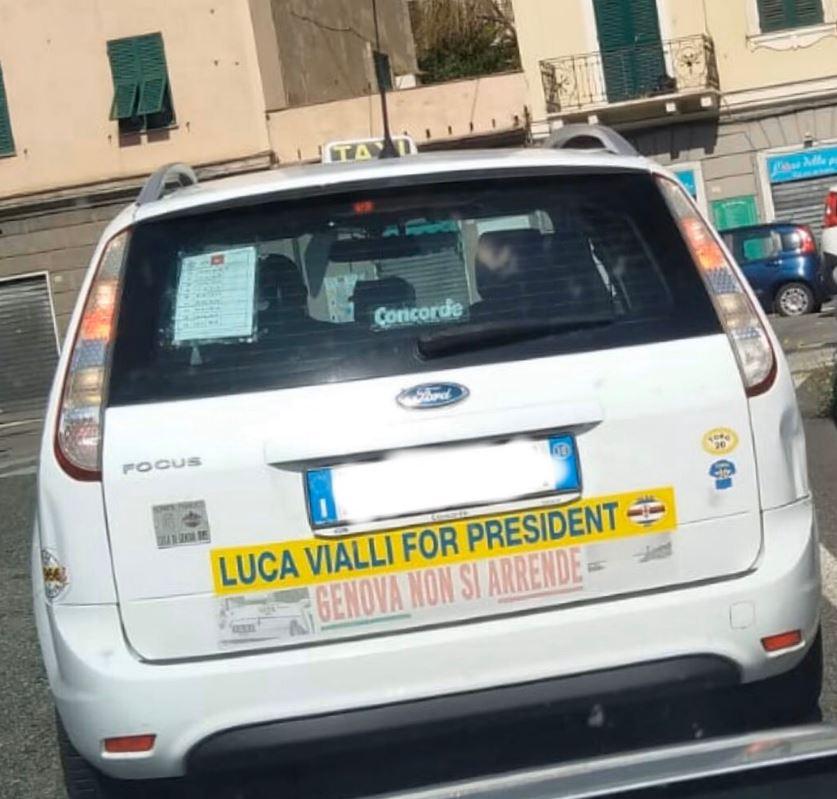 """Sui taxi genovesi compare la scritta """"Vialli for president"""""""