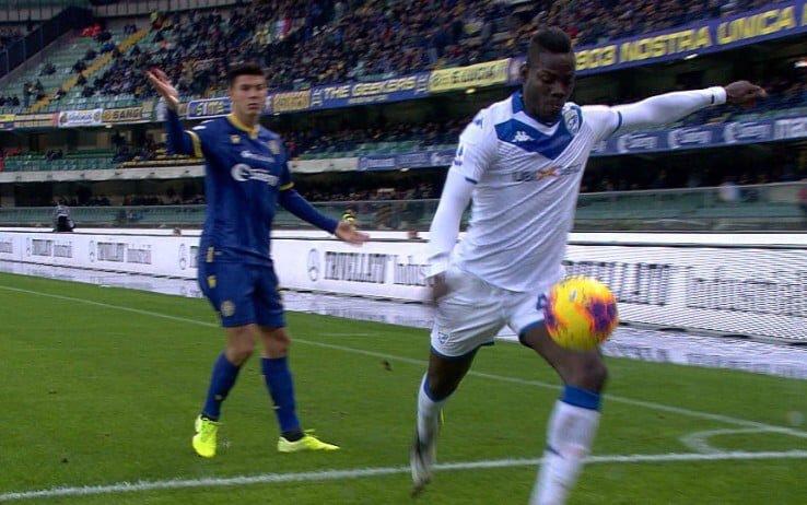 """Allo Stadium spunta uno striscione di Forza Nuova contro Balotelli: """"Mario hai ragione, sei africano"""""""
