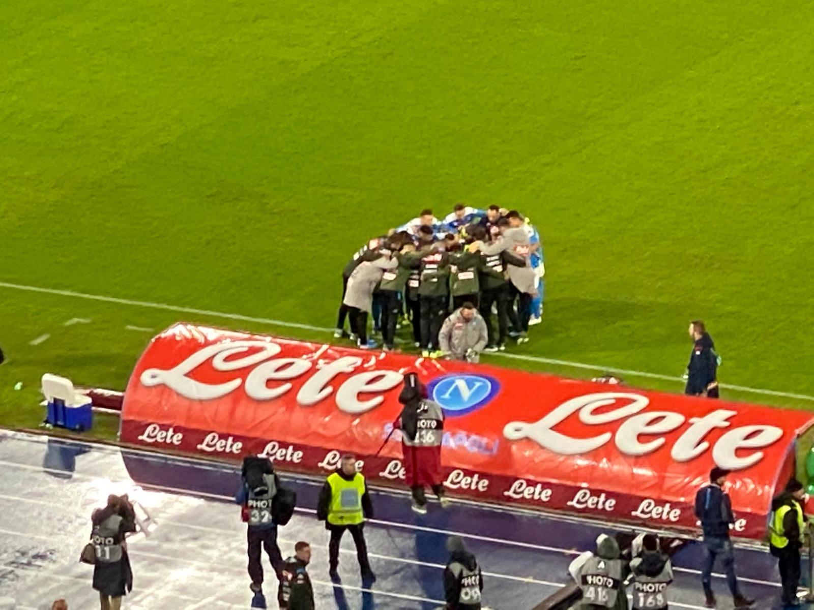Il Napoli si ricompatta: tutti in cerchio prima del calcio di inizio