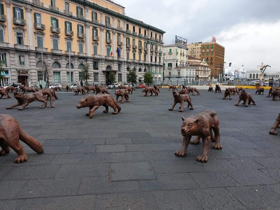 Wolves Coming. I lupi di Liu Ruowang invadono piazza Municipio