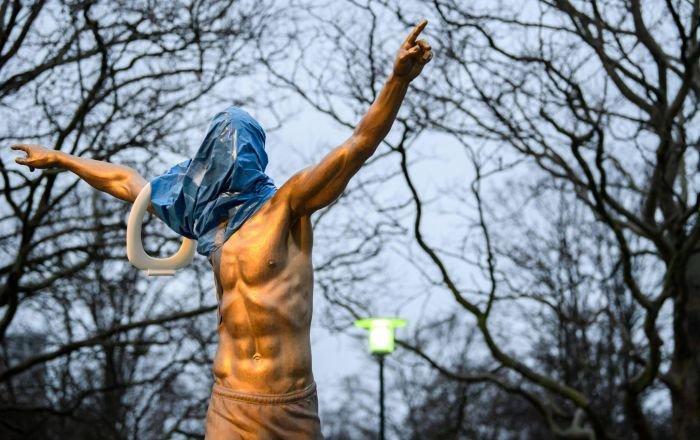 I tifosi del Malmoe vogliono spostare la statua di Ibrahimovic