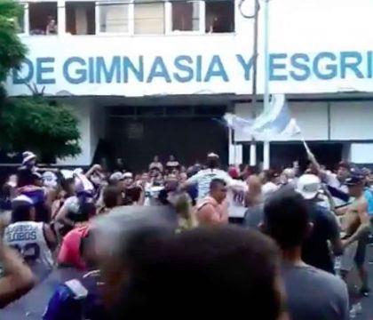 I tifosi manifestano sotto la sede del Gimnasia chiedendo il