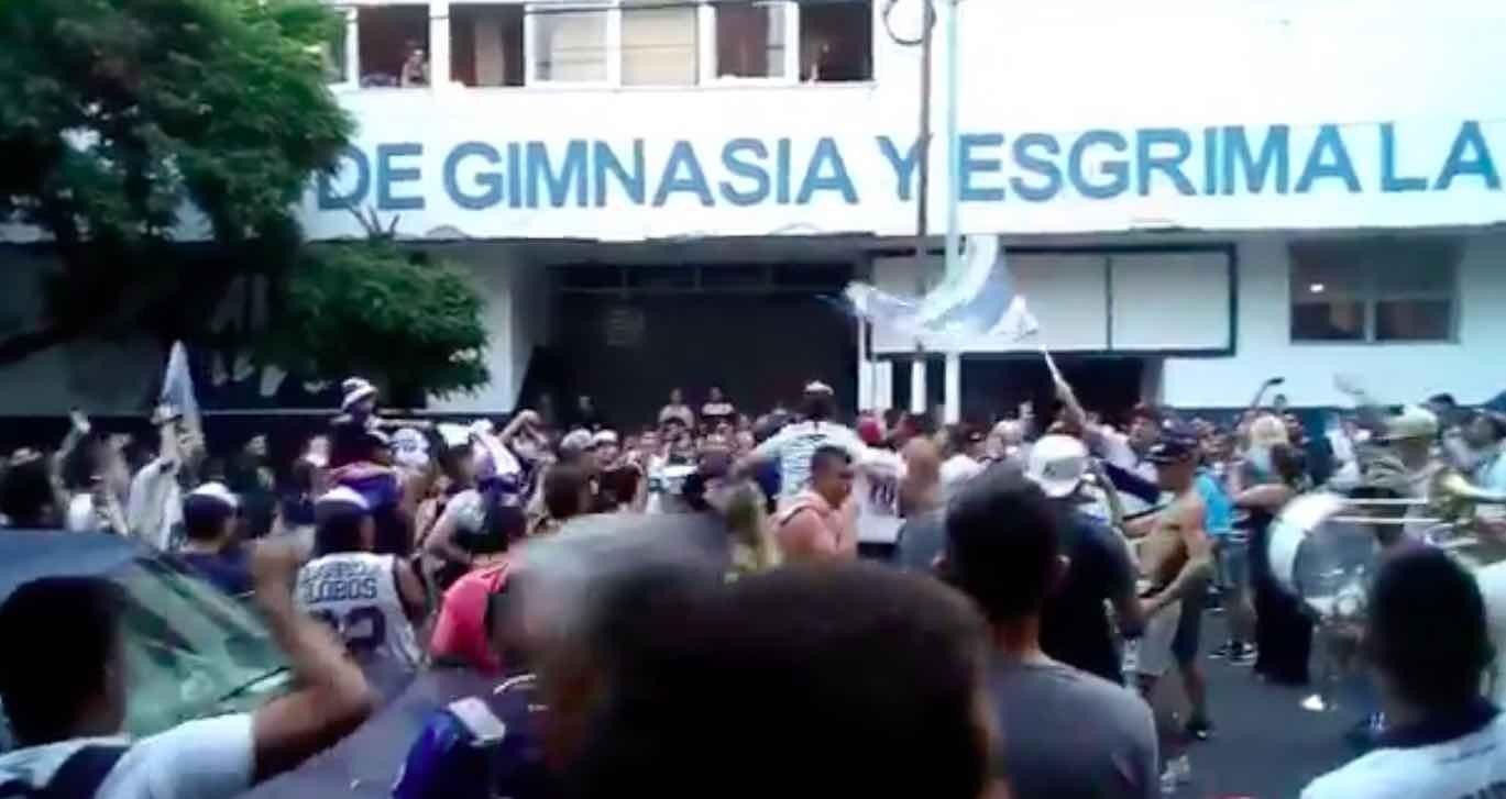 I tifosi manifestano sotto la sede del Gimnasia chiedendo il ritorno di Maradona (VIDEO)