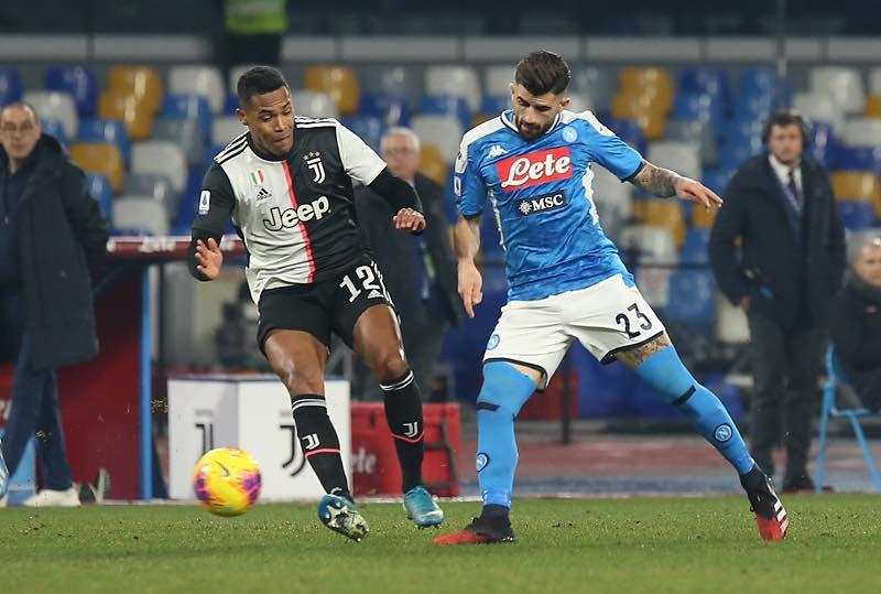 Il Napoli crea poco e rischia tanto, ma è sotto solo di un gol all'intervallo