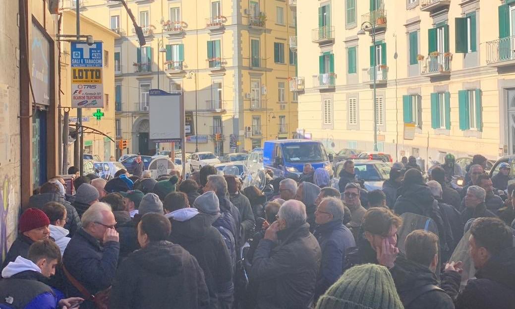 Tifosi in fila all'alba per i biglietti di Napoli-Barcellona. Alla faccia dei prezzi alti