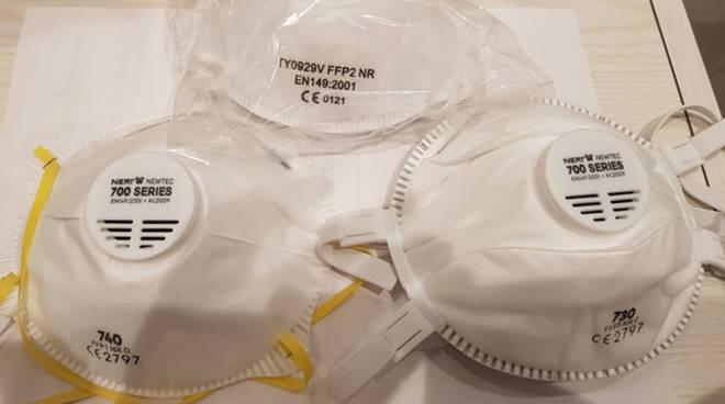 In India il governo insegna alla gente a farsi le mascherine in casa