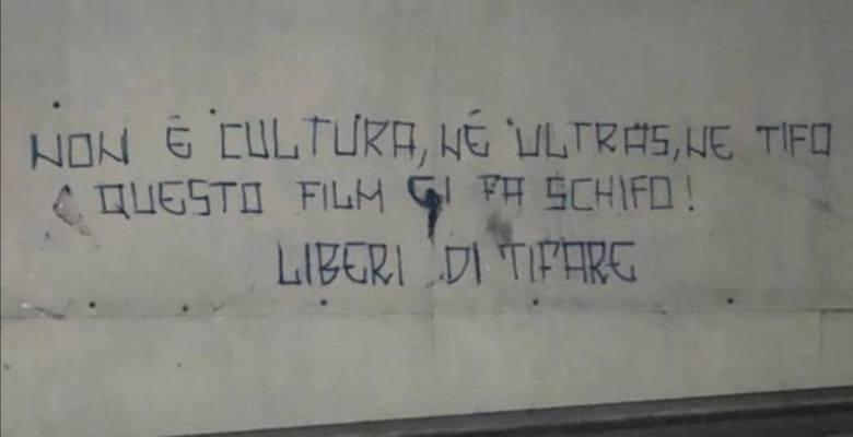 """Napoli, scritte dei tifosi organizzati contro Liberato e il film Ultras: """"Il film ci fa schifo"""""""
